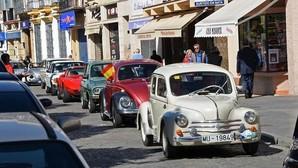 Los vehículos clásicos inundaron las calles de Utrera en una caravana multicolor