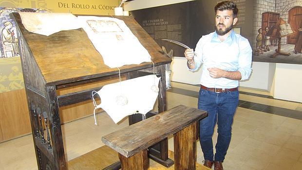 José María Durán, de la asociación de La Fundición, en el museo de escritura de El Pedroso