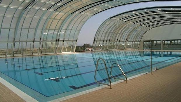 El ayuntamiento de carmona no puede entrar en la piscina for Piscina municipal almeria