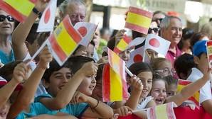 Niños de Coria ondean banderas de España y Japón