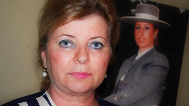 Elena Majúa con una foto de su hija, denuncia falta de control médico en los centros de estética
