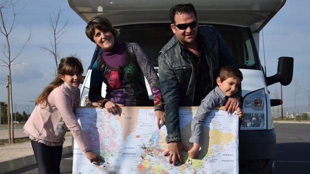 Nati Ramírez, junto a su marido, Javier Fernández, y sus dos hijos