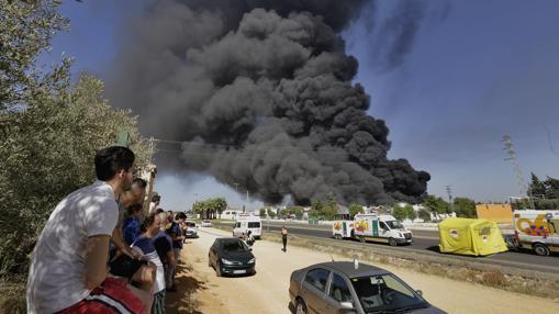 Enorme columna de humo del incendio en la fábrica Ybarra