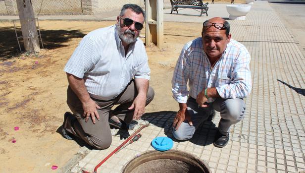 Manuel Ramírez y Víctor Manuel Marchena con un dosificador bacteriano