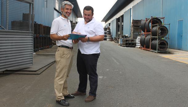 Javier Jiménez, responsable de producción de la fábrica, junto a uno de sus ingenieros