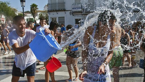 Jóvenes celebrando la Fiesta del Agua