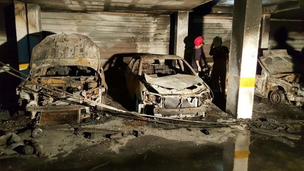 Estado en el que han quedado, tras el incendio, los vehículos que se encontraban en el garaje