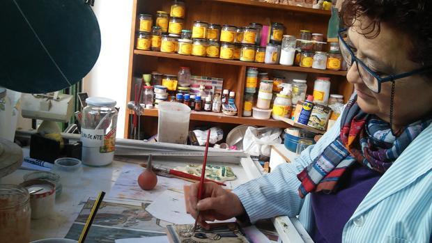 La autodidacta Matilde Pérez trabajando en su taller de Gilena