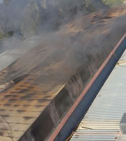 El incendio en la nave del pol gono pisa deja sin bomberos - Muebles poligono pisa ...