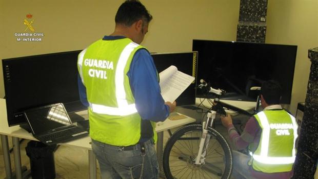 La Guardia Civil revisa los efectos sustraídos en una operación anterior desarrollada en Espartinas