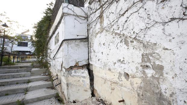Uno de los muros más afectados por los desperfectos ocasionados por el deslizamiento en la ladera