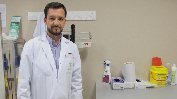 José Luis Castilla en su consulta del Hospital de Alta Resolución de Lebrija