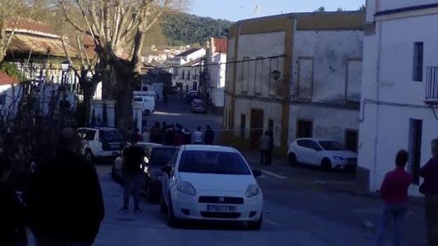 Zona acordonada este lunes en Constantina donde reside el vecino que se atrincheró