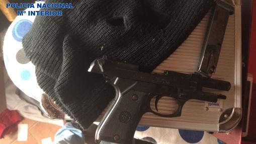 Una de las armas de fuego que tenía la red de narcotraficantes afincada en Sevilla