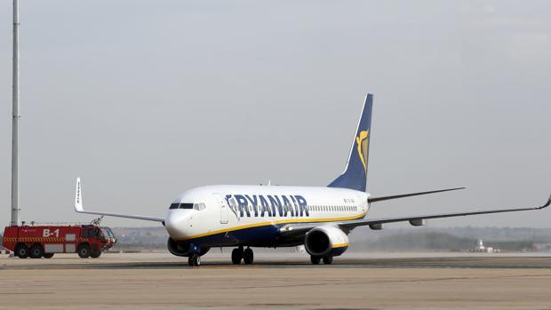 Un avión de la compañía Ryanair, en el aeropuerto de San Pablo