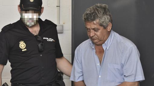 El acusado sale de los calabozos el día de la detención
