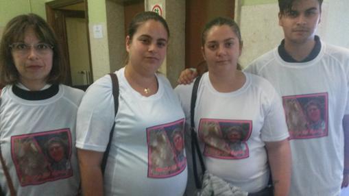 Las dos hijas de la pareja, en el centro de la imagen, acudieron al juicio