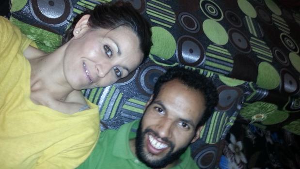 Azman Mohamed Yahya, junto a su hermana adoptiva, Carmen Moreno