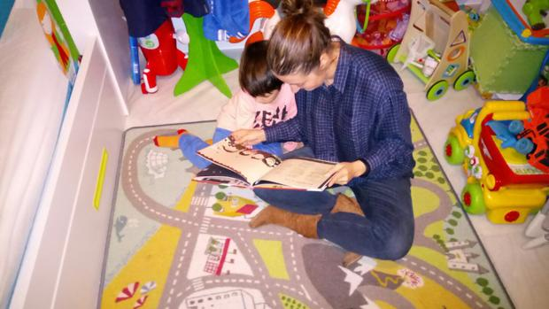 Valle y su hijo Hugo se entretienen con el cuento que ha escrito para ayudar a superar el acoso escolar