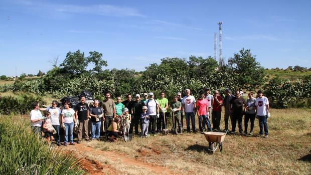 El grupo de voluntarios que desde hace catorce años se dedica a la limpieza de la zona