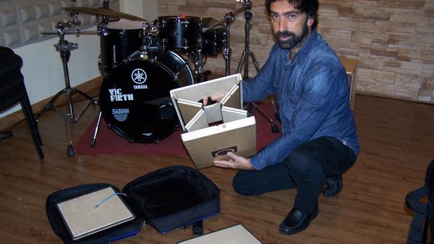 Daniel Galiano muestra su cajón plegable con el que se consigue una mejor acústica