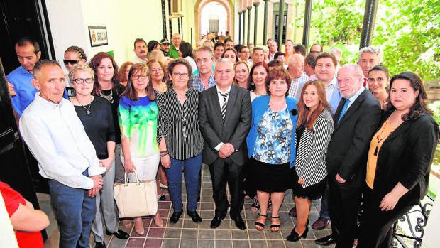 En el centro, el alcalde entrante, Miguel Ángel Barrios, y la alcaldesa saliente, María José Ferre
