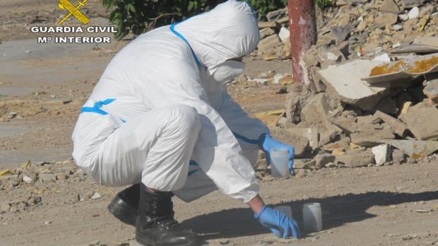 Un agente del Seprona recoge muestras en el lugar del vertido, un espacio protegido