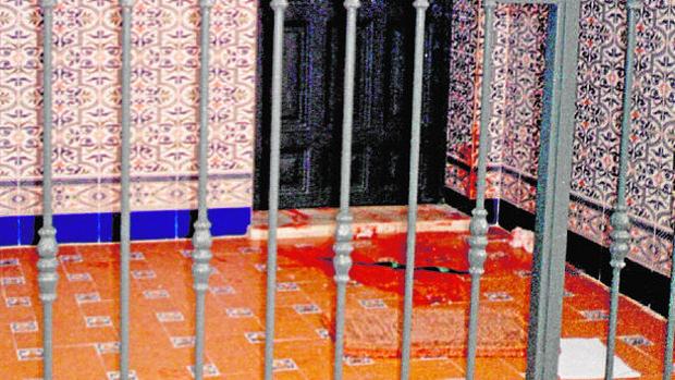 Imagen captada en el año 2000 de la fachada de la casa con la sangre de la víctima en la entrada