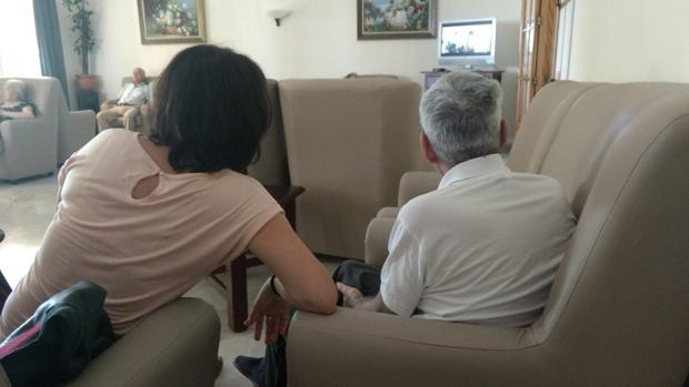 Carlos Ríos con su referente tutelar, la educadora que vigila sus cuidados de la Fundación TAU