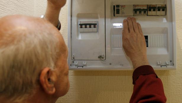 Un hombre observa el contador de luz de su casa