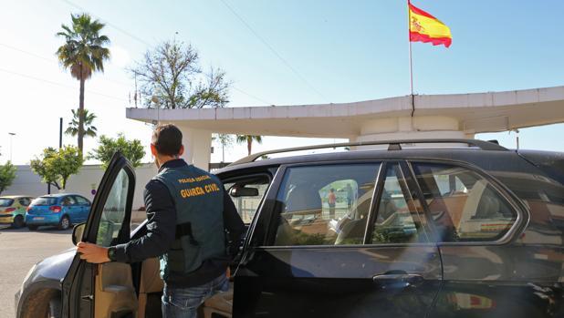Un agente de la Guardia Civil subiéndose a un coche