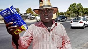Un joven nigeriano devuelve una cartera con 2.700 euros, que encontró mientras vendía pañuelos