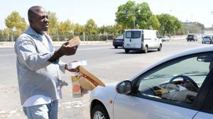 El dueño de la cartera recuperada por unos nigerianos les da 50 euros en agradecimiento