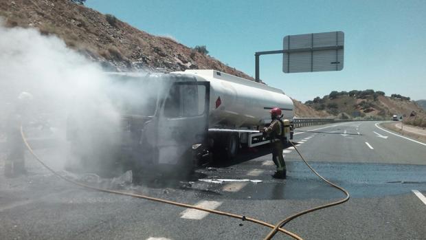 Alto riesgo en el incendio de un camión cargado de gasolina en El Ronquillo