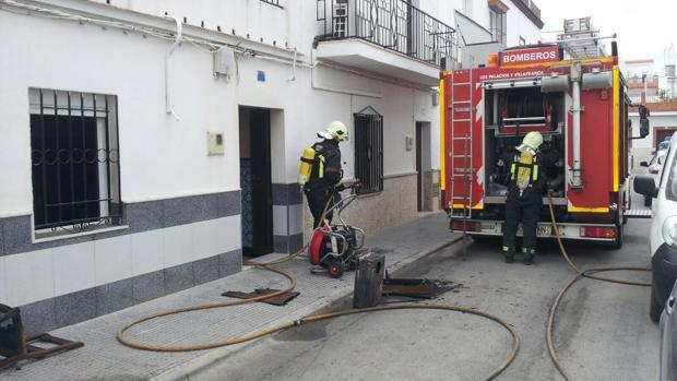 Los dos bomberos que acudieron al incendio declarado este miércoles en una casa de Los Palacios