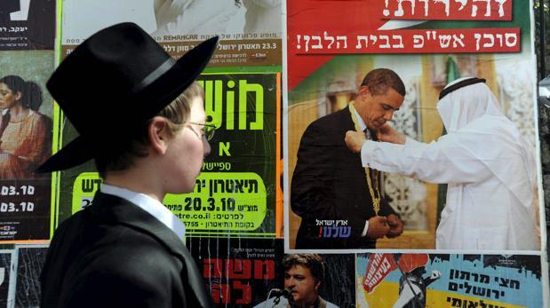 Un joven judío ortodoxo con un sombrero similar a los que se fabrican en Salteras