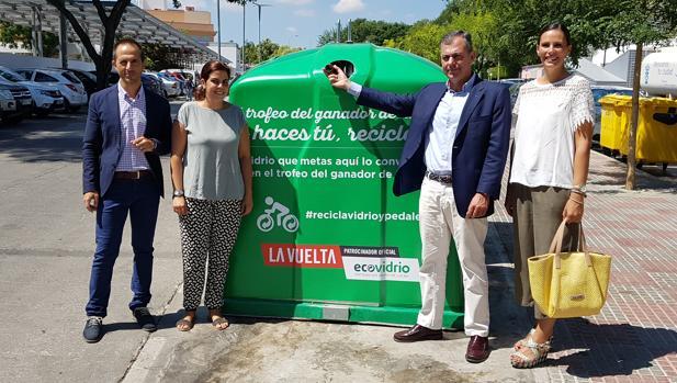 José Luis Sanz, alcalde de Tomares, deposita una botella de vidrio en uno de los contenedores verde