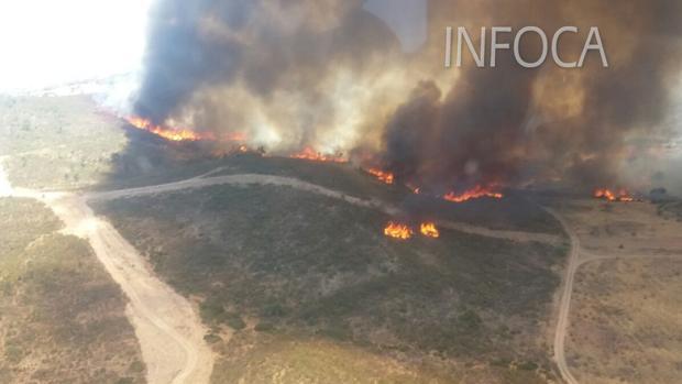 El incendio forestal en El Castillo de las Guardas se ha decretado poco después de las 14.00 horas