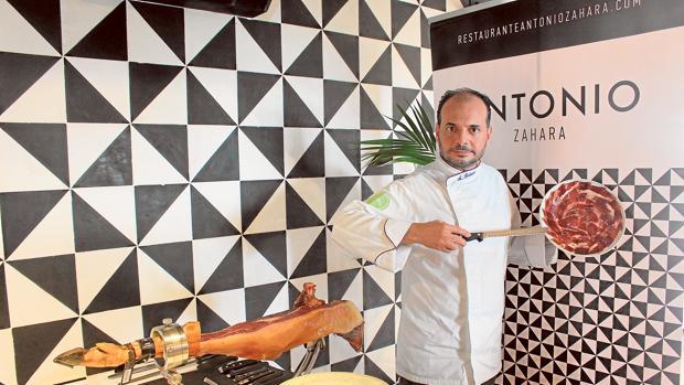 El palaciego corta jamón en los restaurantes Baco (Sevilla) y Antonio (Zahara de los Atunes)