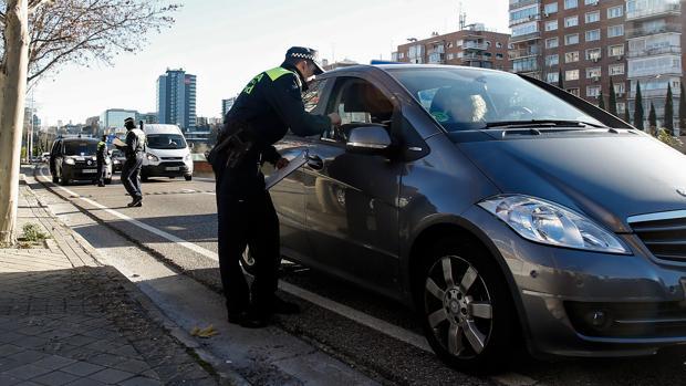 Un policía local durante un control
