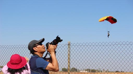Un aficionado fotografía los saltos en paracaídas