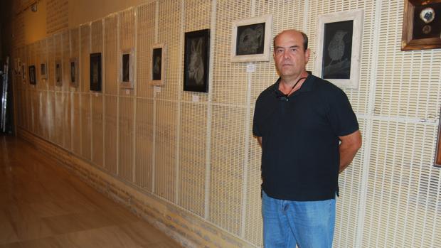 Juan Miguel Gómez Cárceles, en la sala donde expone esta muestra