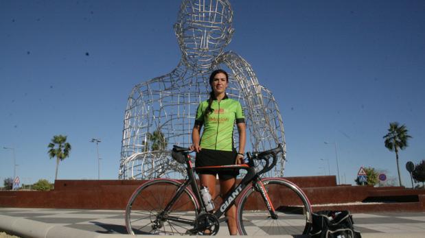 Ivana Benítez posa, en maillot y junto a su bici, delante de «El pensador»