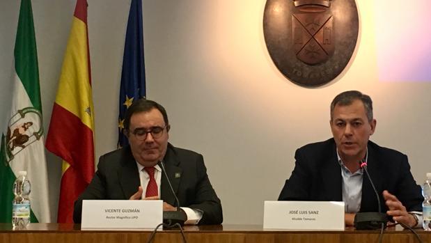 El alcalde de Tomares, José Luis Sanz, junto con el rector de la UPO, Vicente Guzmán