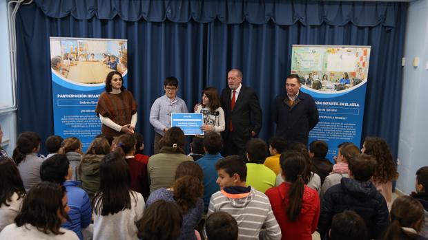 El presidente de la Diputación ha homenajeado al CEIP Píncipe Felipe de Umbrete