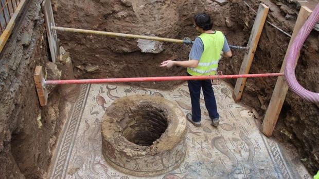 El mosaico romano y el pozo descubiertos tras una obra en el casco histórico de Cantillana