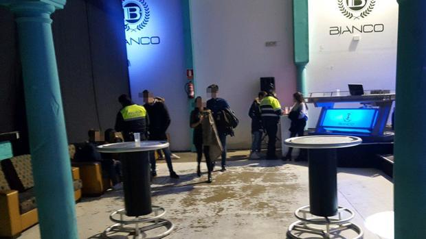 El local, una vez desalojado por los efectivos policiales de la localidad sevillana