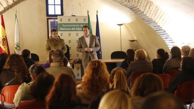 Antonio Conde, alcalde de Mairena (derecha), y Pablo León, delegado municipal de Empleo