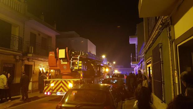 El incendio se ha producido en una vivienda de la calle Cataluña de Dos Hermanas