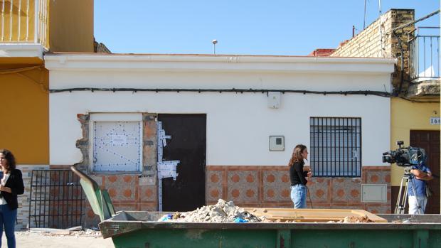 La fachada de la vivienda donde se hallaron los cuerpos sin vida de las tres personas